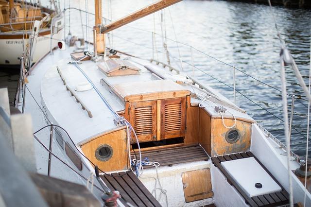 Lumbrera, escotilla y portillo en un velero.